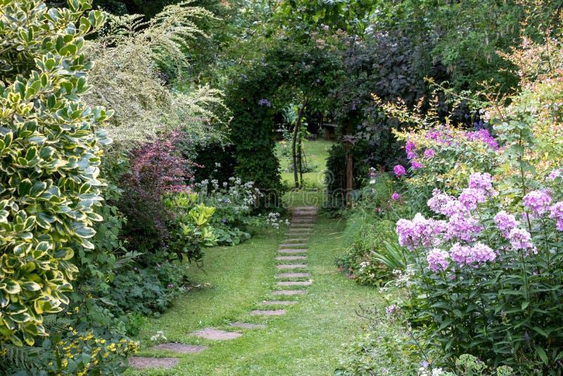 Well utrzymywał ogród z gazonem, odskocznia do czegoś i well zaopatrującymi kwiatów łóżkami, oxford uk zdjęcia royalty free