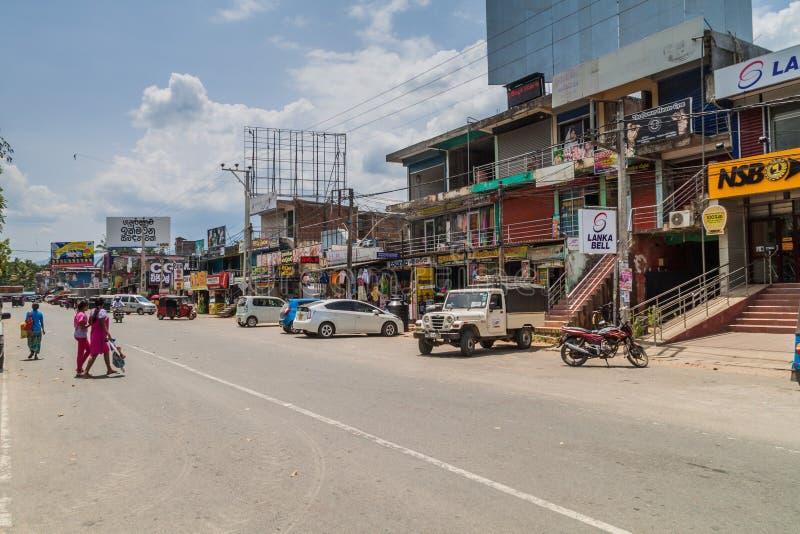 WELLAWAYA, SRI LANKA - 14. JULI 2016: Ansicht einer Hauptstraße in Wellawaya-Schleppseil lizenzfreie stockfotos