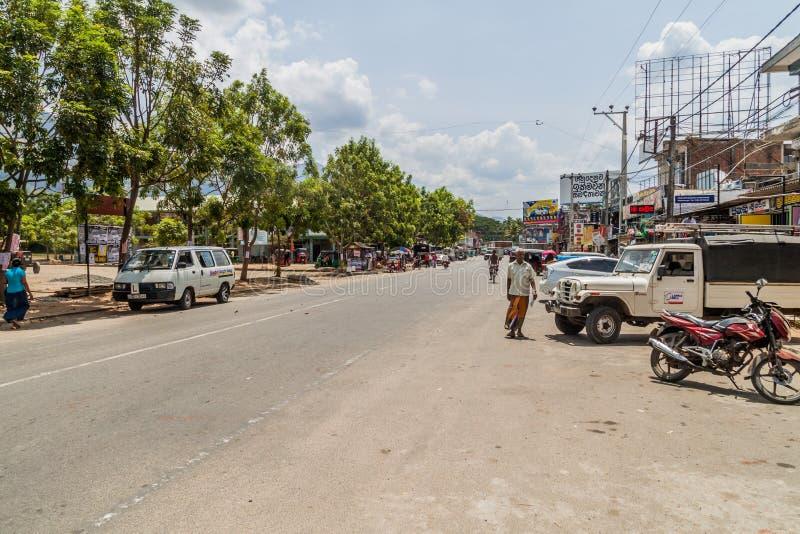 WELLAWAYA, SRI LANKA - 14. JULI 2016: Ansicht einer Hauptstraße in Wellawaya-Schleppseil stockbild