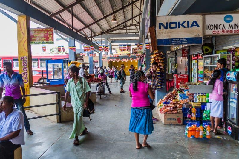 WELLAWAYA, SRI LANKA - 14. JULI 2016: Ansicht eines Busbahnhofs in Wellawaya-Schleppseil lizenzfreie stockfotos