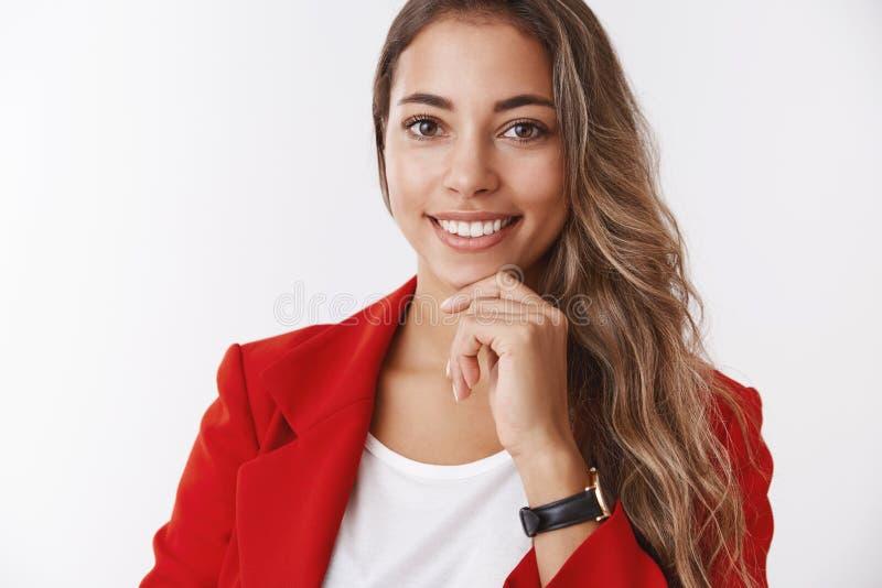 Wellbeing framgångbegrepp Säker le attraktiv modern entreprenör för vuxen kvinna som bär röd omslagskänsla arkivbild