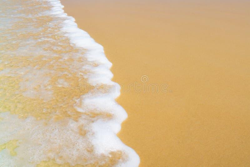 Welle auf Sandstrand stockbild