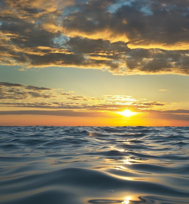 Welle auf Seesonnenuntergang lizenzfreie stockfotos