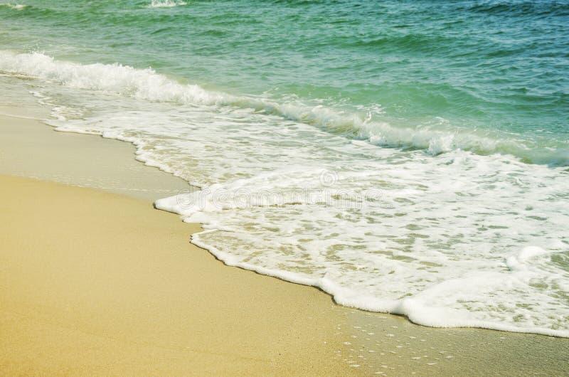Welle des Meeres auf dem Sand lizenzfreie stockfotografie