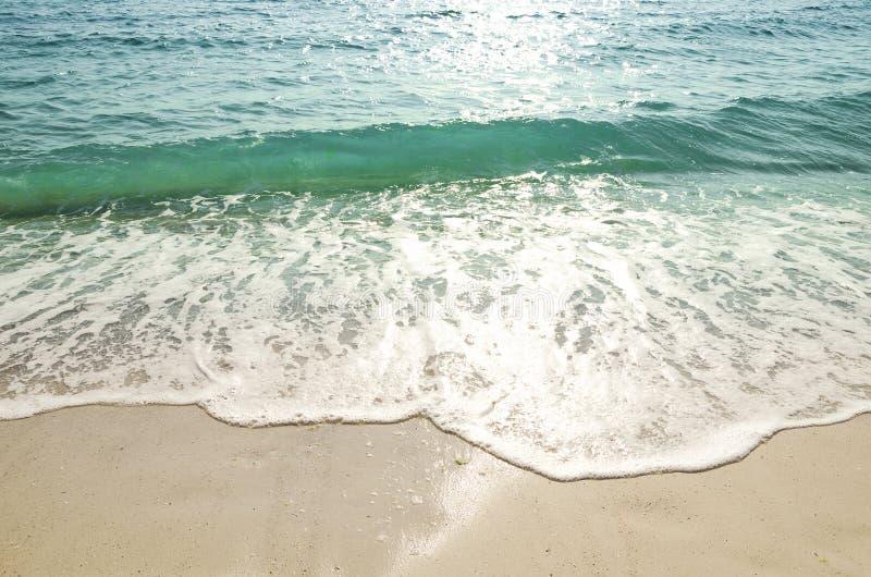 Welle des Meeres auf dem Sand stockfotografie