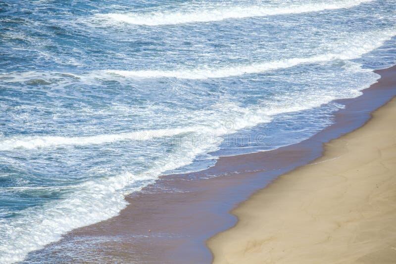 Welle des Meeres auf dem Sandstrand lizenzfreie stockfotografie
