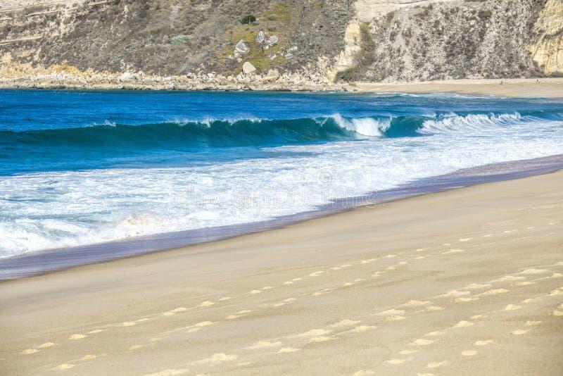 Welle des Meeres auf dem Sandstrand lizenzfreies stockfoto