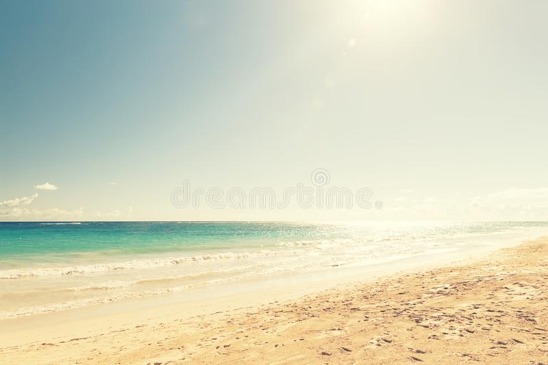 Welle des Meeres auf dem Sandstrand lizenzfreie stockbilder