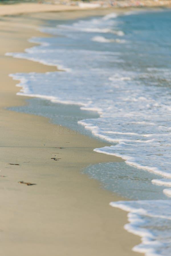 Welle des Meeres auf dem Sandstrand stockbilder