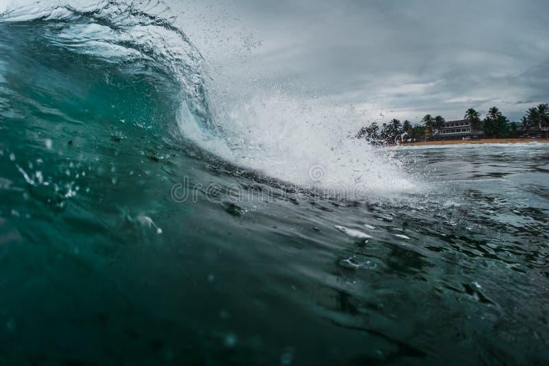 Welle, die auf dem Ufer bricht stockfoto