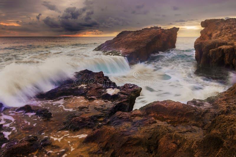 Welle, die auf Felsen bricht lizenzfreies stockfoto