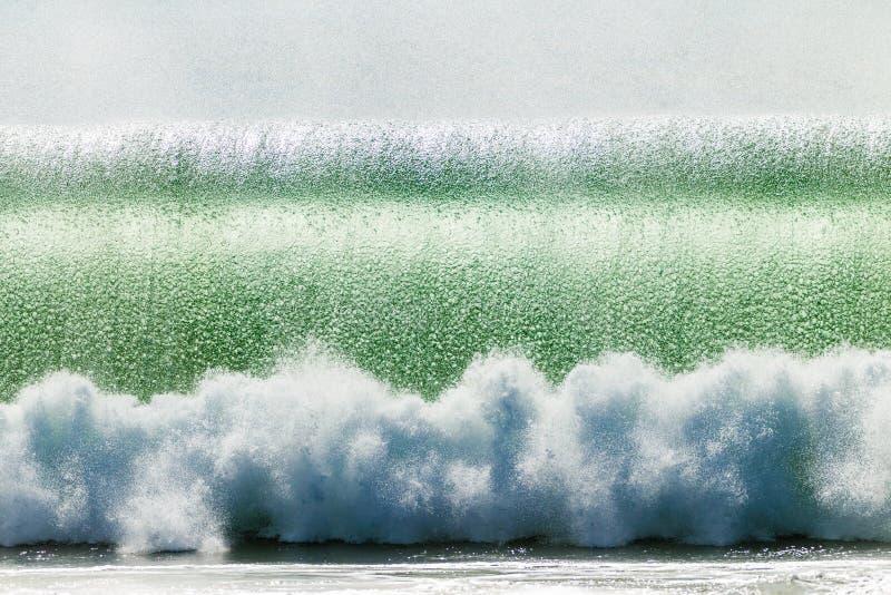 Welle, die Blasen brechend zusammenstößt stockfoto