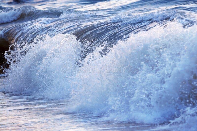 Welle im stürmischen Ozean stockfoto