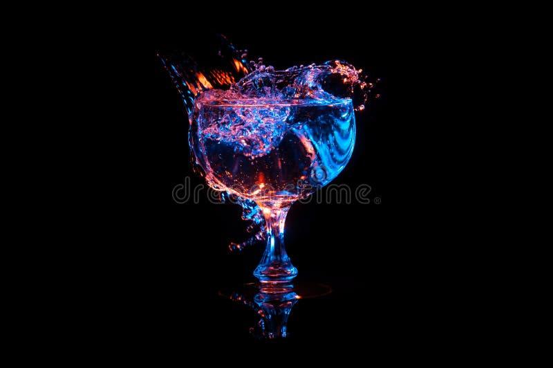 Welle im Weinglas mit Farben lizenzfreie stockfotos