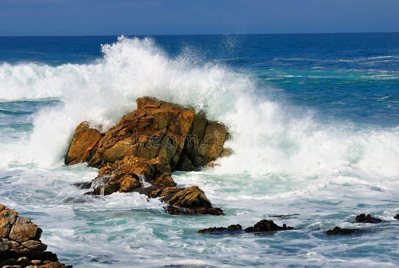 Welle und Felsen stockbilder