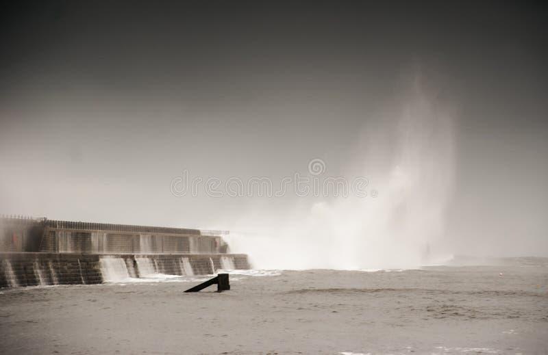 Welle versenkt Tynemouth-Pier während des Sturms lizenzfreie stockfotografie