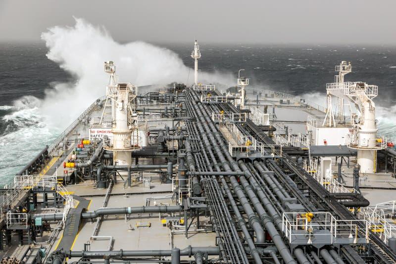 Welle zerquetscht gegen den Schiffsbogen lizenzfreie stockfotografie