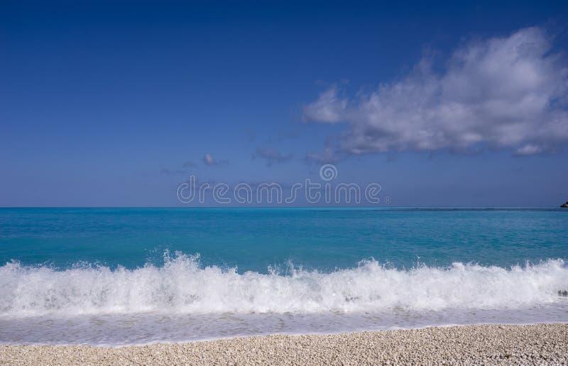 Wellen auf dem Mirthos-Strand lizenzfreies stockbild