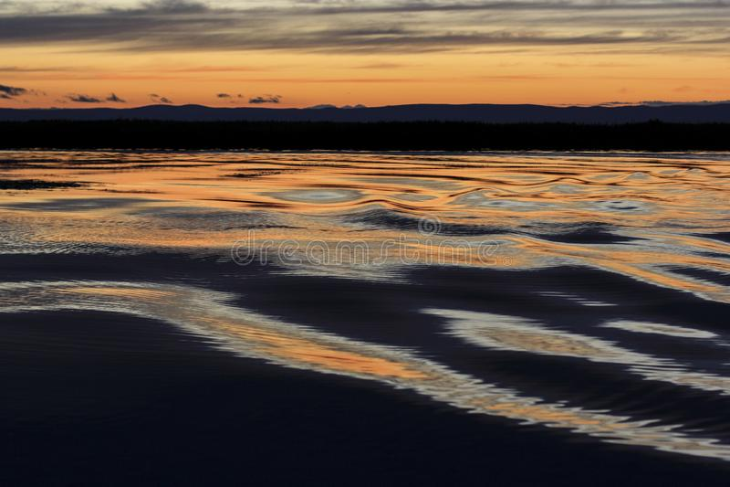 Wellen auf dem See bei Sonnenuntergang stockbild