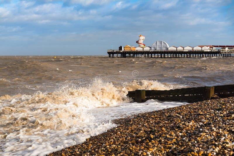 Wellen auf dem Strand durch Herne-Buchtpier, Kent, Großbritannien stockfoto