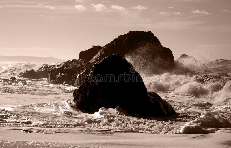 Wellen auf Felsen stockfotografie
