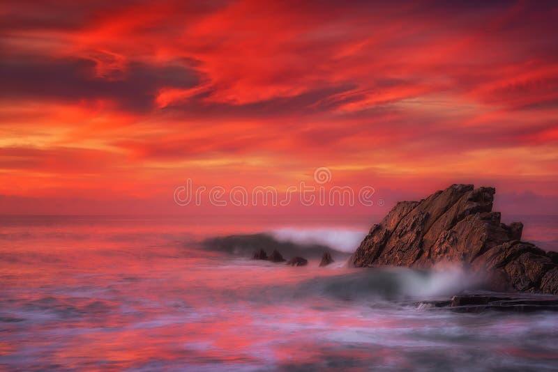 Wellen in Azkorri-Strand mit langer Belichtung lizenzfreies stockbild