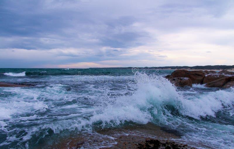Wellen bei Salmon Rocks, Victoria, Australien lizenzfreie stockfotografie
