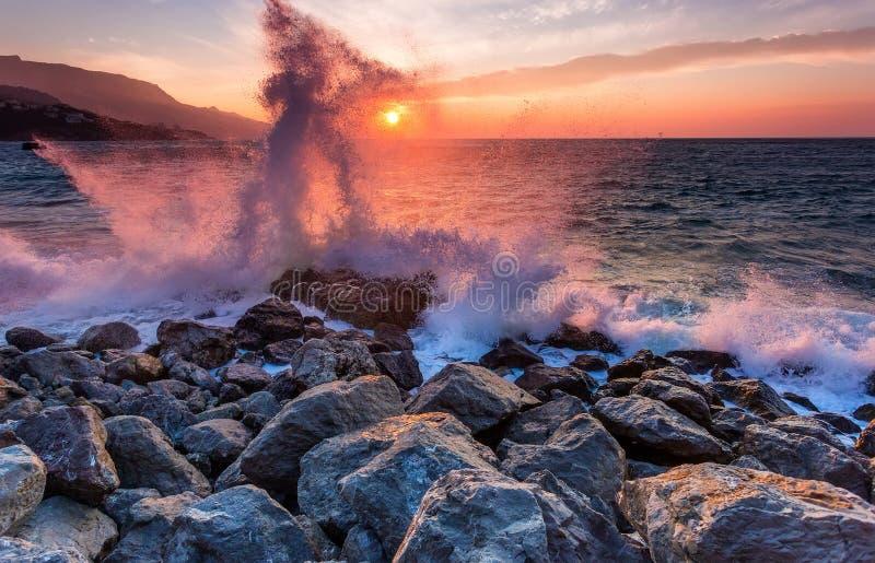 Wellen brechen über die Küstensteine stockfotos
