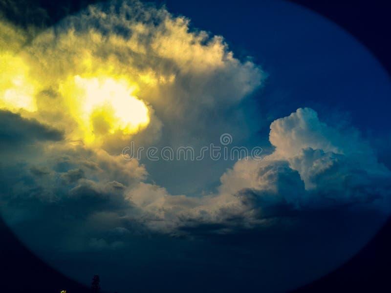 Wellen in den Wolken stockfoto