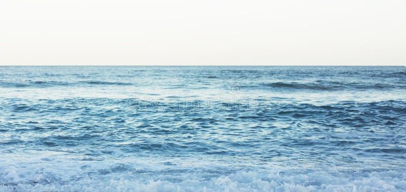 Wellen der blauen ruhigen Ozeanküstenlandschaft Hintergrundseelandschaft und Sandstrandküstenlinie Panoramahorizont-Perspektivena lizenzfreie stockfotos