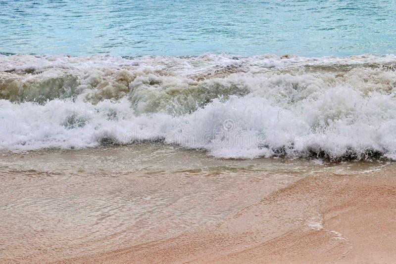 Wellen des Betäubungsindischen ozeans an den Stränden auf der Paradiesinsel Seychellen stockfotografie