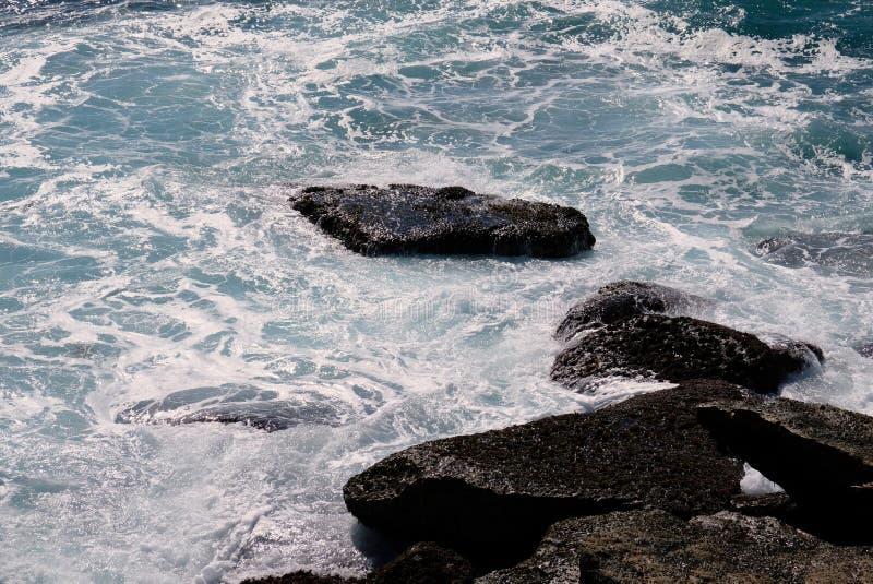 Wellen des Pazifischen Ozeans, die um Küstenfelsen, Australien wirbeln lizenzfreies stockfoto