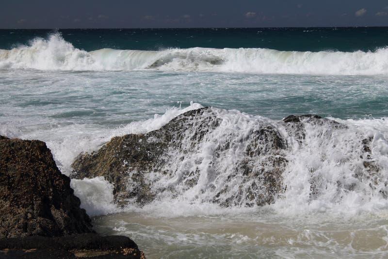 Wellen, die über den Felsen bei Currumbin brechen, Queensland, stockfoto