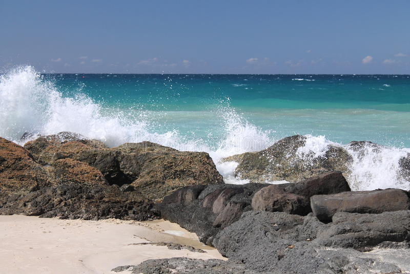 Wellen, die über den Felsen brechen stockfoto