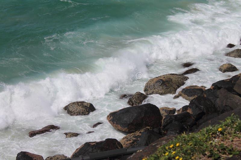 Wellen, die über den Felsen in thev iew unten vom Gefahrenpunkt brechen, Queensland, lizenzfreie stockfotografie