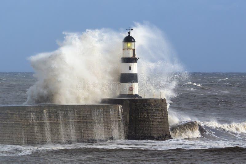 Wellen, Die über Seaham-Leuchtturm Zusammenstoßen Stockfotos