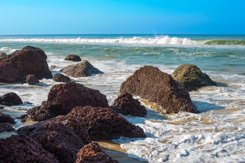 Wellen, die auf einem steinigen Strand, Varkala, Kerala brechen stockfotos