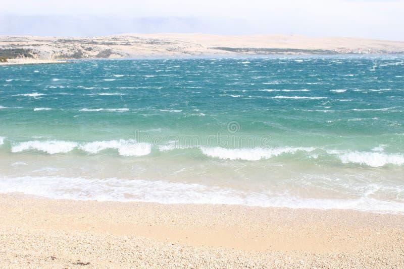 Wellen, die auf einem Strand brechen lizenzfreie stockfotos
