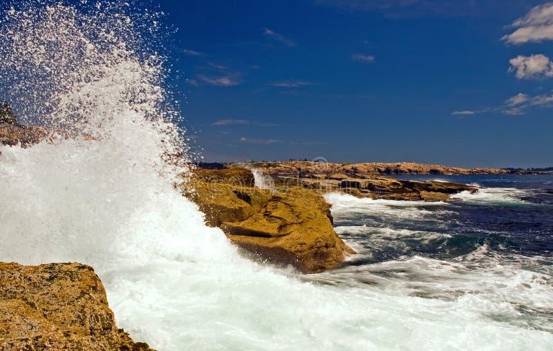 Wellen, die auf Felsen abbrechen lizenzfreies stockbild