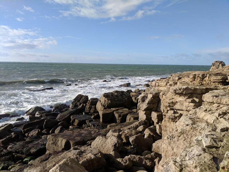 Wellen, die auf Felsen brechen stockbilder