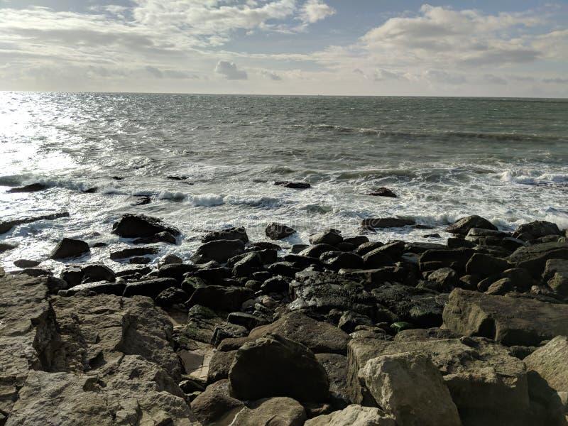 Wellen, die auf Felsen brechen lizenzfreies stockbild