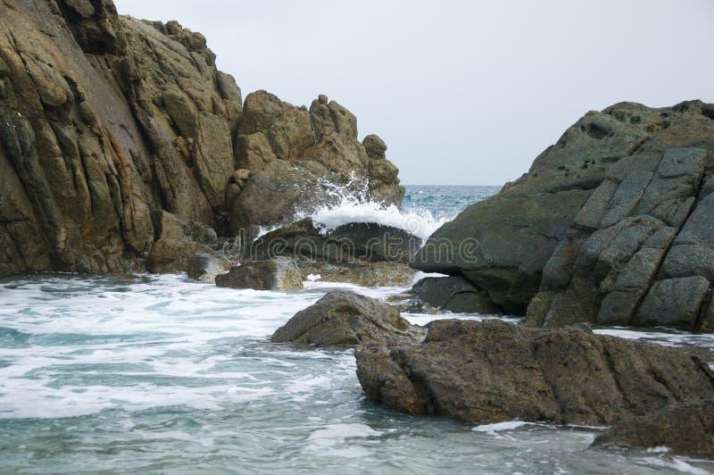 Wellen, die auf Felsen bremsen lizenzfreie stockbilder