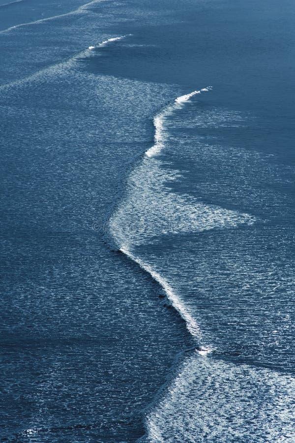 Wellen, die auf Strand brechen lizenzfreie stockfotos