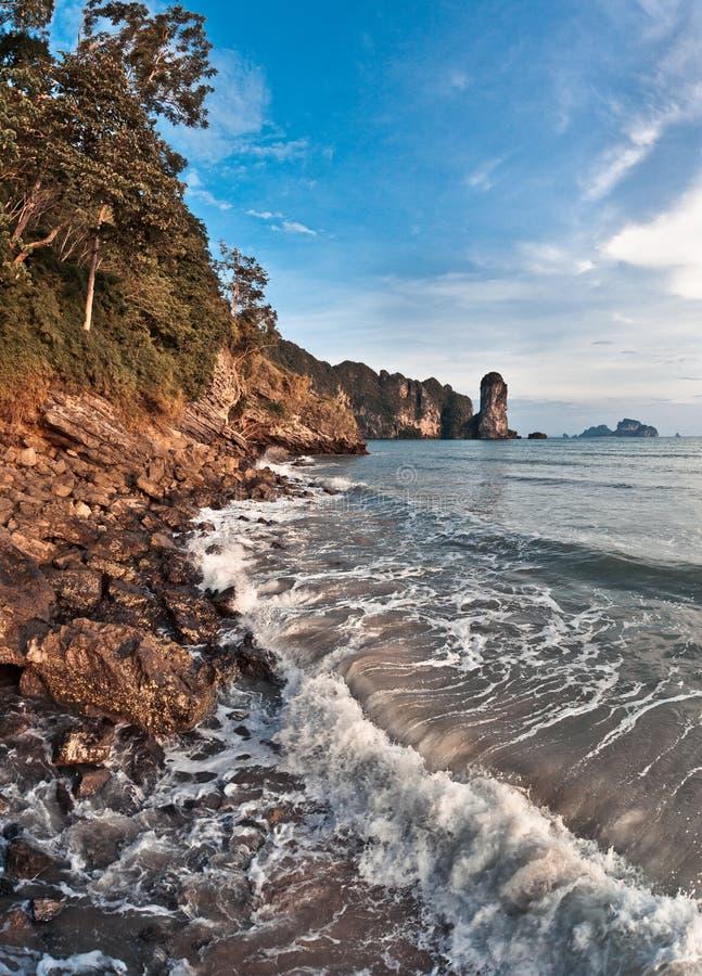 Wellen, die auf Strand brechen stockfotos