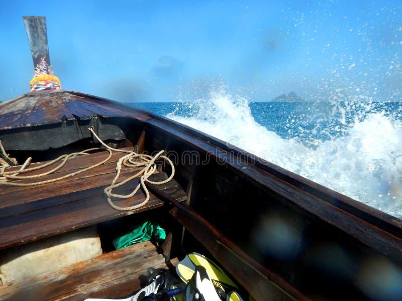 Wellen, die Boot des langen Schwanzes, Thailand spritzen stockfoto