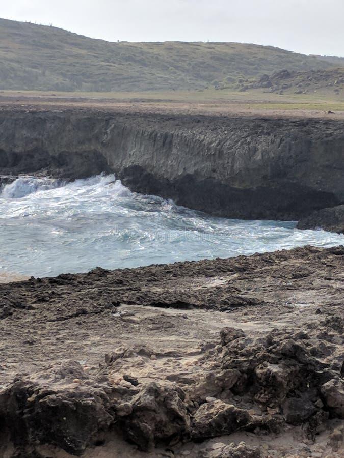Wellen, die gegen Felsen abbrechen lizenzfreie stockfotografie