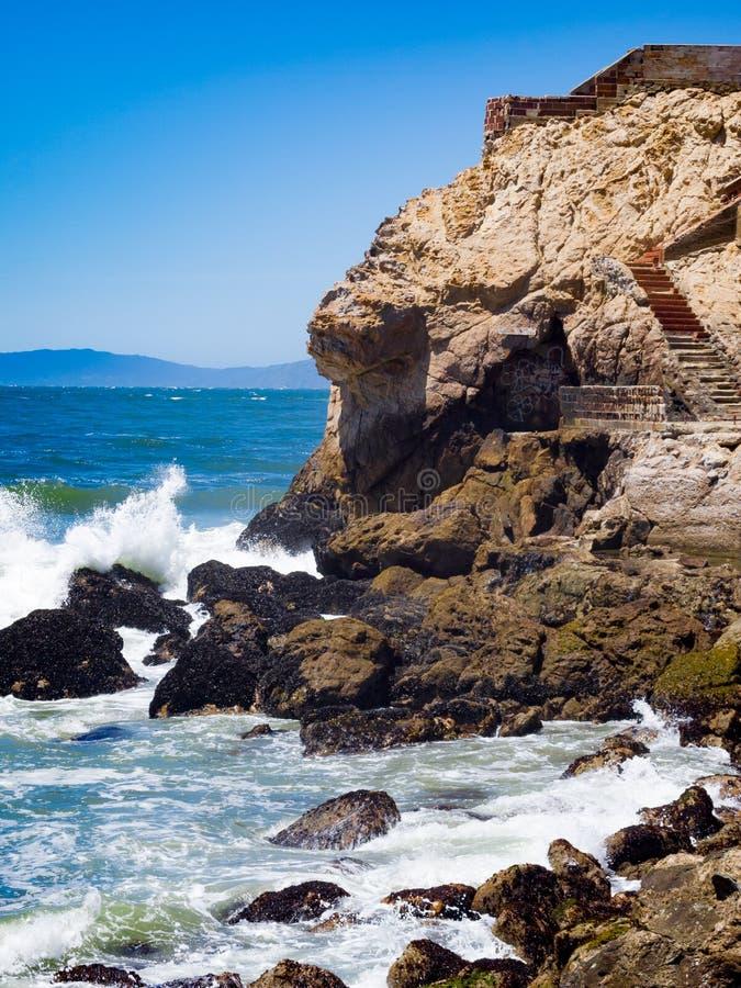 Wellen, die gegen Felsenklippen zusammenstoßen lizenzfreie stockfotos