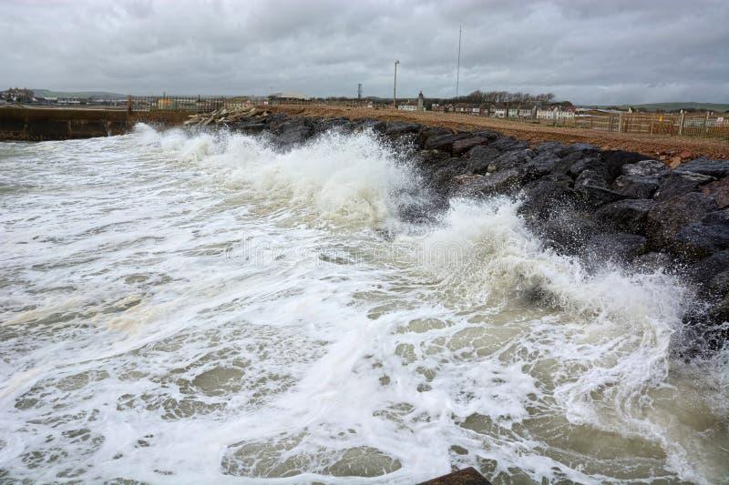 Wellen, die in Meerverteidigung zusammenstoßen lizenzfreie stockfotografie