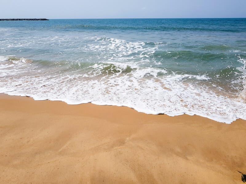 Wellen, die mit weißem Schaum auf einem sandigen Strand brechen Schöne Ufergegendansicht des Atlantiks lizenzfreie stockfotos