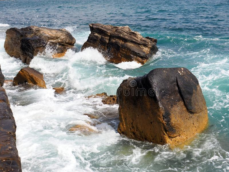 Wellen, die um die Sandstein-Felsen, männlich, Australien wirbeln stockfotografie